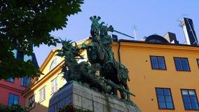 La estatua de San Jorge y el dragón en Estocolmo Ciudad vieja suecia metrajes
