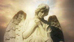 La estatua de un ángel en las nubes de oro del lapso de tiempo - ángel 0102 HD
