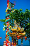 La estatua de un dragón en un polo Linterna roja china Templo chino Foto de archivo libre de regalías