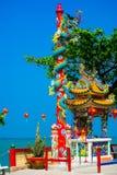 La estatua de un dragón en un polo Linterna roja china Templo chino Fotos de archivo libres de regalías
