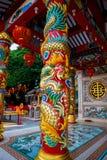 La estatua de un dragón en un polo Linterna roja china Templo chino Imágenes de archivo libres de regalías