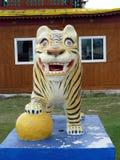 La estatua de un tigre en un templo budista imagen de archivo libre de regalías