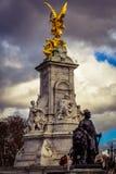 La estatua de Victoria y el cuadrado fuera del palacio de Backighgam imagen de archivo libre de regalías