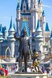 La estatua de Walt Disney y de Mickey Mouse delante de la princesa de Cenicienta se escuda en el mundo la Florida de Disney Foto de archivo libre de regalías