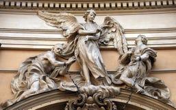 La estatua del ángel alrededor para liberar dos esclavos se unió a en las muñecas por una cadena real del hierro Imagenes de archivo