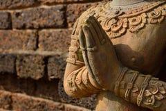 La estatua del ángel puso las palmas de las manos juntas en saludo Fotografía de archivo libre de regalías