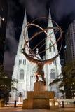 La estatua del atlas y de St Patrick Cathedral en Nueva York en cerca Foto de archivo