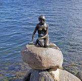 La estatua del bronce de little mermaid en Copenhague, Dinamarca Fotos de archivo