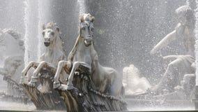 La estatua del caballo en el agua es el alcohol de ir adelante imagen de archivo libre de regalías