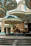 La estatua del edificio grande y del animal Foto de archivo