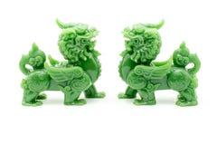 La estatua del león el símbolo de potente en aislante chino de la creencia Foto de archivo