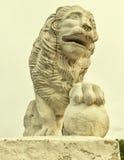 La estatua del león en el banco occidental de la isla de Yelagin Foto de archivo
