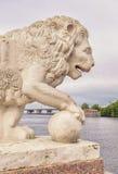La estatua del león en el banco occidental de la isla de Yelagin Fotografía de archivo libre de regalías