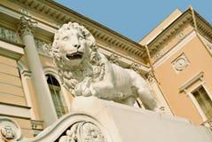 La estatua del león en la entrada al museo ruso del estado (palacio) de Mikhailovsky, St Petersburg imágenes de archivo libres de regalías