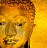 La estatua del oro de Buda en fondo de oro modela Tailandia. fotos de archivo libres de regalías