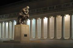 La estatua del pensador en la noche Imagen de archivo libre de regalías
