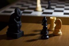 la estatua del pensador en pensamiento de la bobina del tablero de ajedrez un pequeño en el st Foto de archivo libre de regalías
