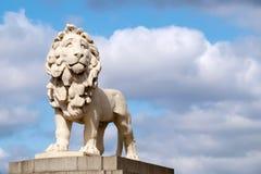 La estatua del sur del león del banco en el puente de Westminster en Londres Foto de archivo libre de regalías