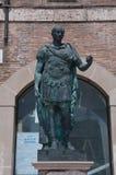 La estatua del tiberio en el cuadrado de Tre Martiri en Rímini en Emilia Romagna Imágenes de archivo libres de regalías