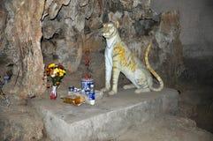 La estatua del tigre en la cueva del M.U.A., provincia de Ninh Binh, Vietnam Imagenes de archivo
