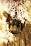 La estatua delante de la iglesia Foto de archivo libre de regalías