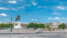 La estatua ecuestre del Enrique IV por el timelapse de Pont Neuf, París, Francia almacen de video