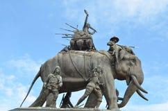 La estatua en el cielo azul, monumento del elefante de rey Naresuan en la provincia de Suphanburi en Tailandia Fotografía de archivo libre de regalías