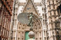 La estatua en la entrada a la catedral adentro Foto de archivo