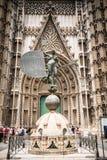 La estatua en la entrada a la catedral en Sevilla, España Fotos de archivo libres de regalías
