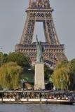 La estatua francesa de Liberty Replica y de la torre Eiffel, visión desde el río el Sena - París, Francia, el 1 de agosto de 2015 Imagen de archivo libre de regalías