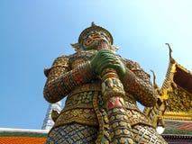 La estatua gigante del guarda en Wat Phra Kaew con backgrou bulesky Imagen de archivo