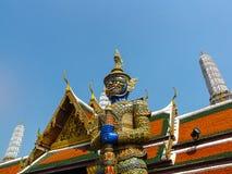 La estatua gigante del guarda en Wat Phra Kaew con backgrou bulesky Foto de archivo libre de regalías