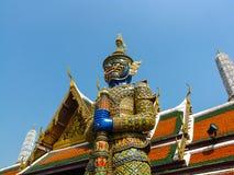 La estatua gigante del guarda en Wat Phra Kaew con backgrou bulesky Fotografía de archivo libre de regalías