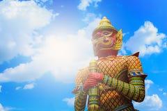 La estatua gigante grande del guarda en el cielo azul con el fondo de la nube Foto de archivo