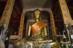 La estatua grande de oro de Buda para la gente respeta la rogación y la visita en Imagenes de archivo
