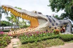 La estatua grande del cocodrilo en el parque público de Bueng ve Fai, provincia de Phichit, Tailandia fotografía de archivo