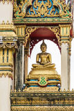 La estatua hermosa de Buda en templo se está renovando En el cielo con las nubes Foto de archivo