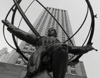 La estatua icónica del atlas con el centro de Rockefeller en el fondo Imagenes de archivo