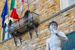 La estatua más famosa de Florencia, David de Miguel Ángel, Italia Con las banderas europeas italianas Ningún brexit Fotografía de archivo