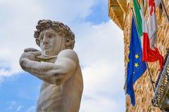La estatua más famosa de Florencia, David de Miguel Ángel, Italia Con las banderas europeas italianas Ningún brexit Fotos de archivo libres de regalías