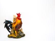 La estatua se coloca como un pollo colorido majestuoso, 2017 Felices Año Nuevo para la muestra y símbolos Fotografía de archivo libre de regalías