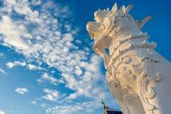 La estatua talló en piedra de la arena con el modelo tailandés clásico del estilo Esta estatua leonada Imágenes de archivo libres de regalías