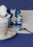 La estatuilla bonita de la porcelana en una tabla puso para un desayuno temprano Imagenes de archivo