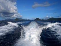La estela del barco agita horizonte azul del cielo azul del mar Foto de archivo