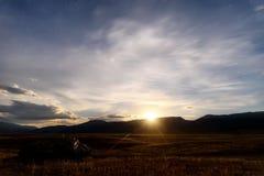 La estepa de las montañas protagoniza el cielo de las nubes de la luna foto de archivo libre de regalías