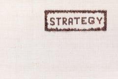 La estrategia dentro de un rectángulo toda de la palabra hecha usando los granos de café tirados desde arriba, alineado con el su imagen de archivo