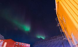 La estrella ártica polar del cielo del aurora borealis de la aurora boreal en Noruega Svalbard en montañas de la luna de la ciuda Imagen de archivo libre de regalías