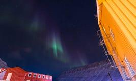La estrella ártica polar del cielo del aurora borealis de la aurora boreal en Noruega Svalbard en montañas de la luna de la ciuda Fotos de archivo libres de regalías