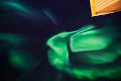 La estrella ártica polar del cielo del aurora borealis de la aurora boreal en Noruega Svalbard en montañas de la luna de la ciuda Fotografía de archivo libre de regalías