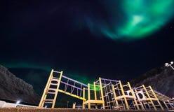 La estrella ártica polar del cielo del aurora borealis de la aurora boreal en Noruega Svalbard en montañas de la luna de la ciuda Imágenes de archivo libres de regalías